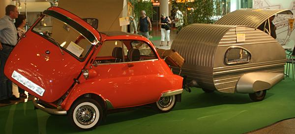 Isetta mit Miniwohnwagen
