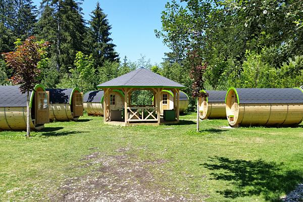 Schlaffässer auf einem Campingplatz in Österreich