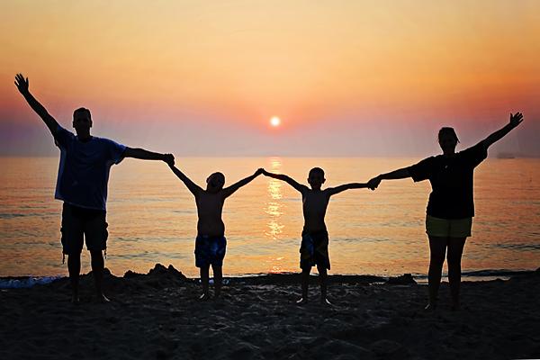 Camping mit der Familie (Foto: Jill Wellington auf Pixabay)