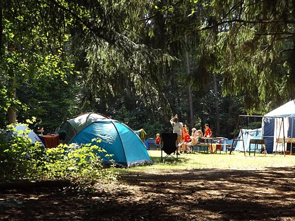 Camping im Zelt oder Wohnwagen (Foto: Brahmsee auf Pixabay)