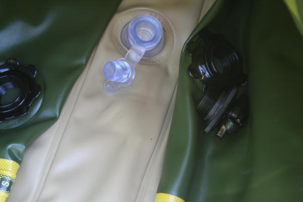 Die beiden seitlichen Schraubsicherheitsventile und das Bodenventil